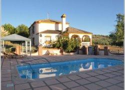Vista completa de la piscina y de la casa La Pergola